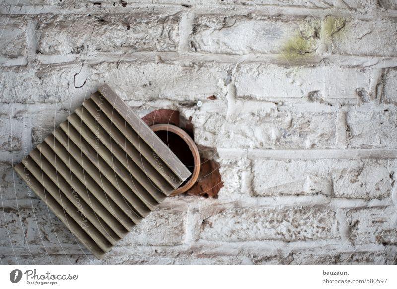 ut köln | pascha | das runde muss ins eckige. weiß Wand Gebäude Mauer grau Stein Linie Metall Fassade dreckig Baustelle Industrie Landwirtschaft Fabrik Bauwerk