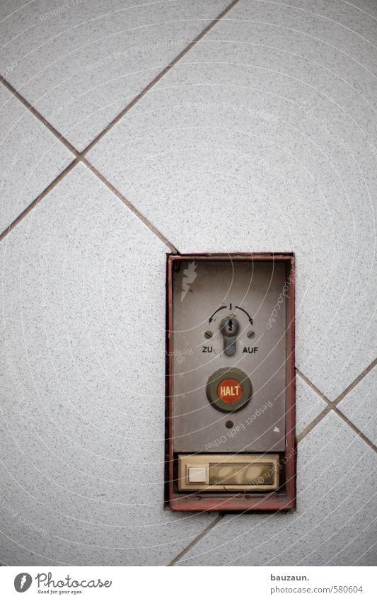 ut köln | pascha | zu auf halt oder klingeln. rot Haus Wand Wege & Pfade Mauer grau Stein Linie Metall Fassade Tür Häusliches Leben trist Perspektive Schriftzeichen Hinweisschild