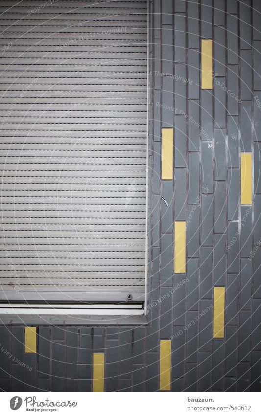 ut köln | pascha | alles nur fassade. alt Einsamkeit Haus dunkel gelb Fenster Wand Gebäude Mauer grau Stein Linie Fassade Häusliches Leben trist bedrohlich