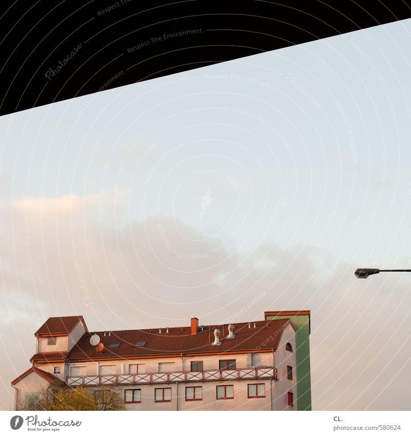 ut pascha | das bordell gegenüber Himmel Stadt Wolken Haus Fenster Wand Gebäude Mauer Architektur Fassade Hochhaus Schönes Wetter Dach Brücke Straßenbeleuchtung