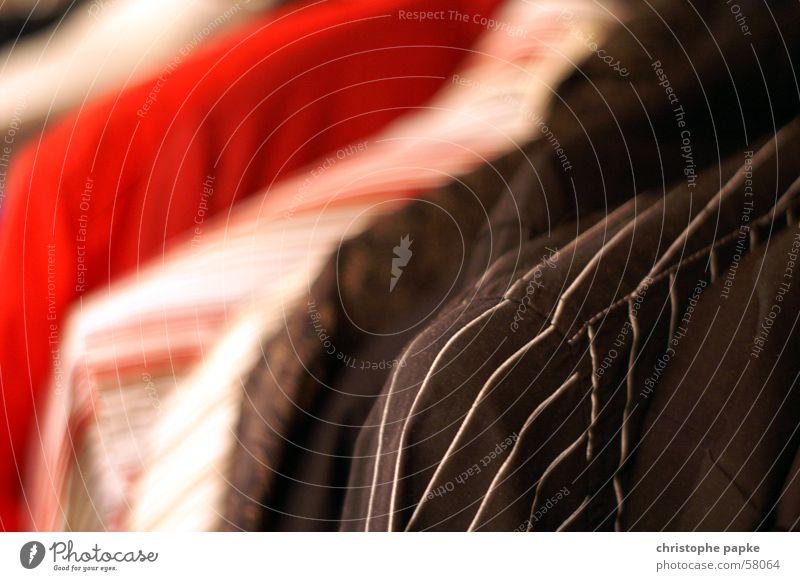 Hemden weiß rot schwarz Arbeit & Erwerbstätigkeit Stil Mode Bekleidung Ordnung mehrere Streifen Hemd hängen schick Schrank Auswahl aufgereiht