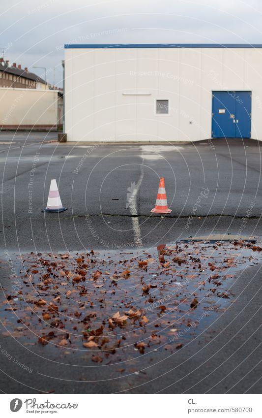 ut pascha | parkplatz, pfützen + pylonen Himmel Herbst schlechtes Wetter Regen Blatt Industrieanlage Fabrik Platz Gebäude Tür nass trist stagnierend Pfütze