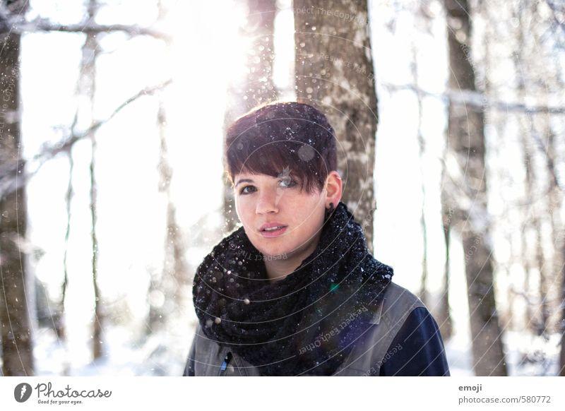 Sonnentanz feminin Junge Frau Jugendliche 1 Mensch 18-30 Jahre Erwachsene Umwelt Natur Landschaft Winter Schnee Schneefall brünett kurzhaarig natürlich weiß