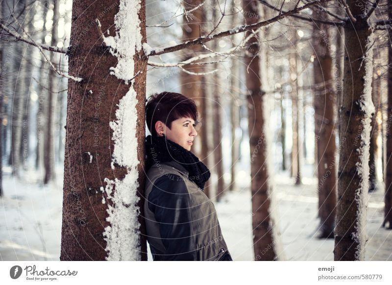 zauberhaft feminin Junge Frau Jugendliche 1 Mensch 18-30 Jahre Erwachsene Umwelt Natur Landschaft Winter Schnee Wald schön kalt braun weiß Farbfoto