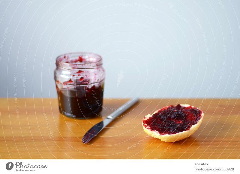 hmmm Lebensmittel Brötchen Marmelade Marmeladenglas Ernährung Essen Frühstück Besteck Messer lecker süß Gesunde Ernährung Frühstückspause Belegtes Brot