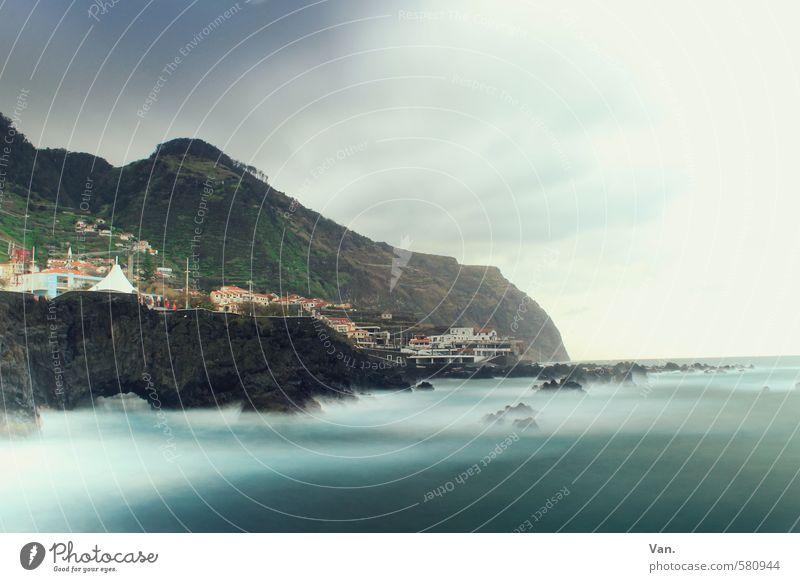 Küstennebel Ferien & Urlaub & Reisen Natur Landschaft Wasser Himmel Wolken Wind Felsen Berge u. Gebirge Wellen Meer Madeira Dorf Haus blau Farbfoto mehrfarbig