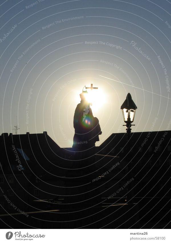 Heiligenschein Außenaufnahme Stadt Gegenlicht schwarz dunkel Haus Alte Mainbrücke Katholizismus heilig Morgen Würzburg Dach Laterne Religion & Glaube Köln