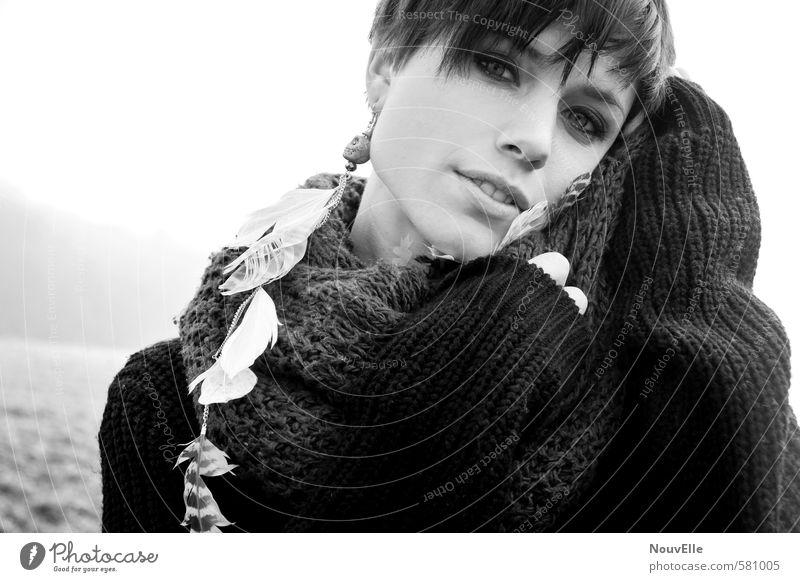 So soft. Mensch feminin Junge Frau Jugendliche Erwachsene 1 18-30 Jahre Accessoire Schmuck Ohrringe Schal Haare & Frisuren brünett kurzhaarig Gefühle Glück