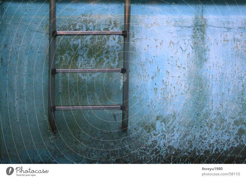 Unterwasserfoto alt blau Sommer Wand Schwimmbad Riss Leiter Becken