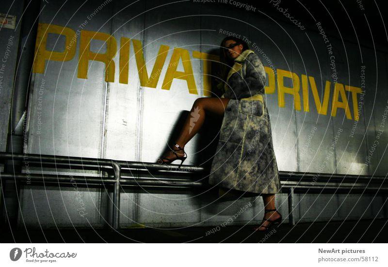 privat Frau Erotik Wand Beine Mode Romantik Model Mantel Garage Blech privat Tiefgarage