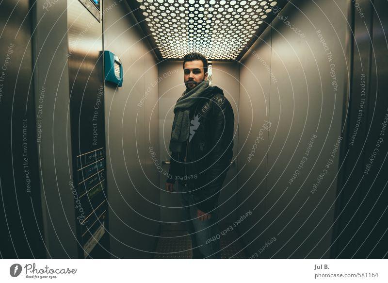 Klaustrophobie maskulin Junger Mann Jugendliche Erwachsene 1 Mensch 18-30 Jahre alt hängen gut Stimmung Wahrheit Farbfoto Innenaufnahme Abend Porträt