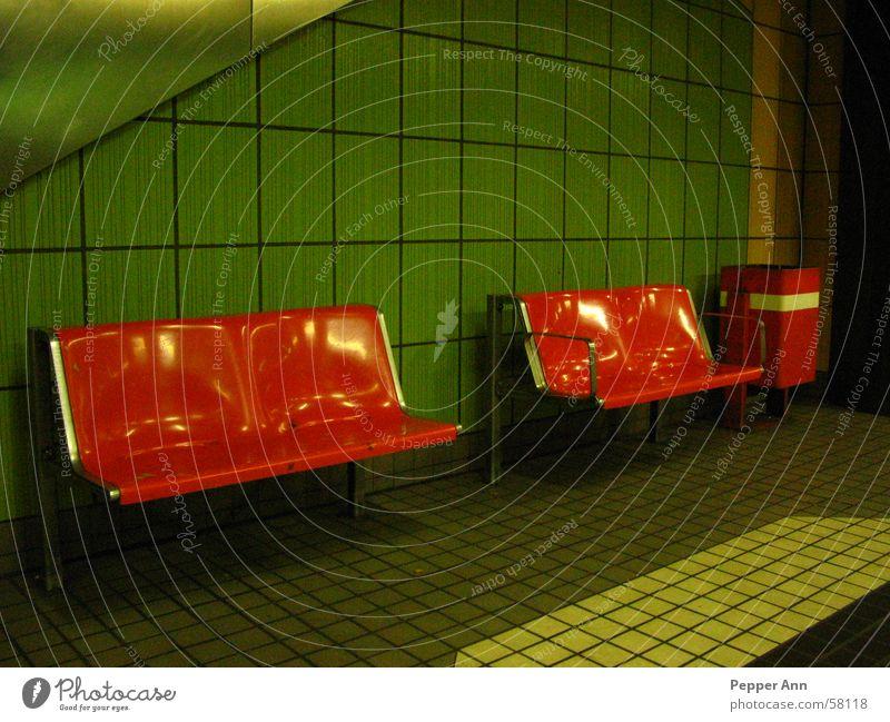 stilles warten U-Bahn dreckig Kontrast Fliesen u. Kacheln orange verkehrstation