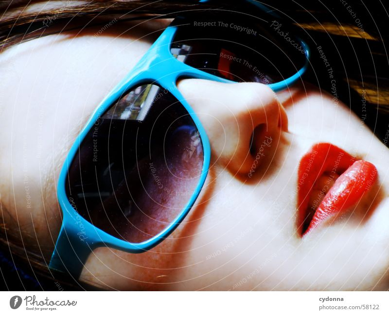sunglases everywhere III Frau Mensch Gesicht Stil Haut Model Körperhaltung Lippen Reihe Gesichtsausdruck Sonnenbrille Kapuze Lippenstift