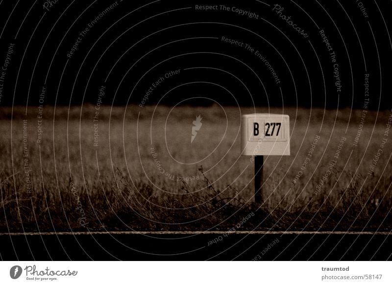 Lost Higway II Einsamkeit Straße dunkel Traurigkeit braun Schilder & Markierungen Ziffern & Zahlen Zeichen Autobahn Symbole & Metaphern Kilometer Kilometerstein