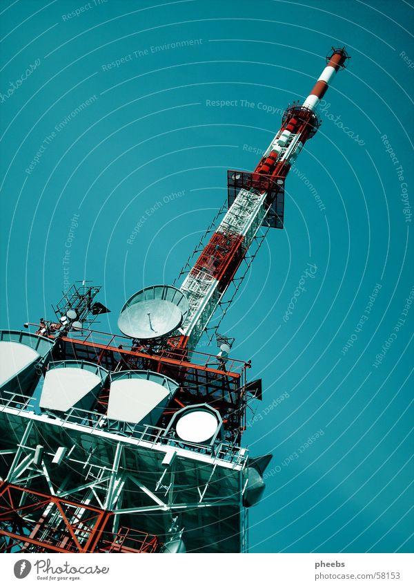sender turm Sender Funkturm rot weiß Gaisberg Turm himmel. blau satelit Baugerüst