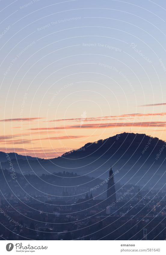 Stadt in den Hügeln Himmel Ferien & Urlaub & Reisen blau Landschaft Haus Ferne Wald Berge u. Gebirge Gebäude Freiheit Luft Nebel Tourismus Ausflug Kirche