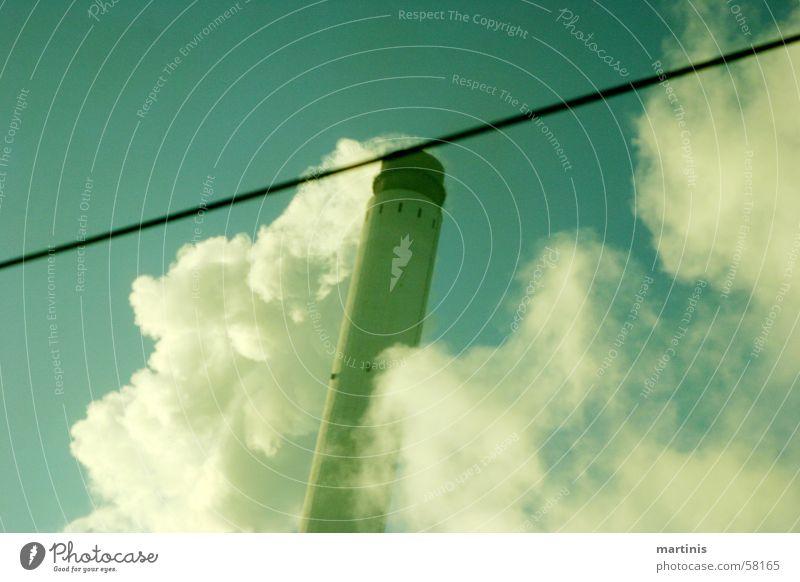 rauchen verursacht qualm alt Himmel grün blau Wolken Linie dreckig hoch Eisenbahn retro Industriefotografie Rauch Schornstein Umweltverschmutzung vergilbt Ozon