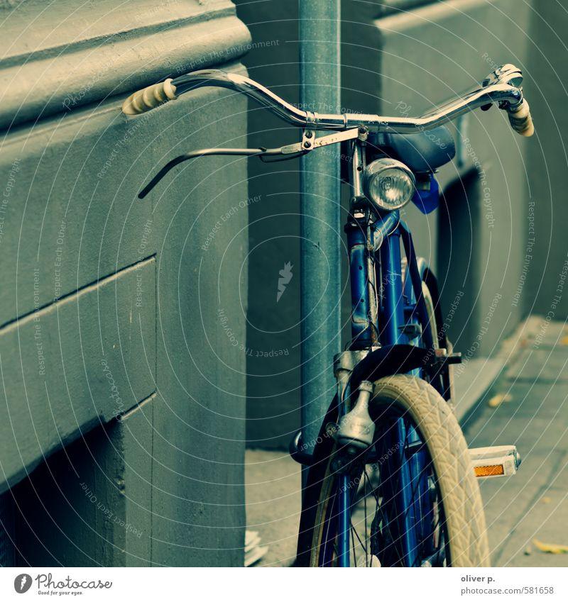radnostalgie Verkehr Verkehrsmittel Straßenverkehr Fahrradfahren alt retro Stadt blau Nostalgie Güterverkehr & Logistik Farbfoto Außenaufnahme Menschenleer Tag
