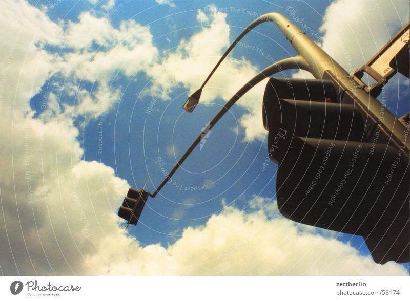 Ampel Wolken Verkehr Laterne Straßenbeleuchtung Straßenverkehr Sommer Verkehrswege Elektrisches Gerät Technik & Technologie Himmel blau verkehrslenkung