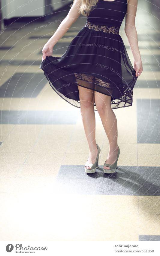 halterlos Mensch feminin Junge Frau Jugendliche Erwachsene 1 18-30 Jahre Kleid Damenschuhe langhaarig ästhetisch elegant hell schön dünn Farbfoto Innenaufnahme