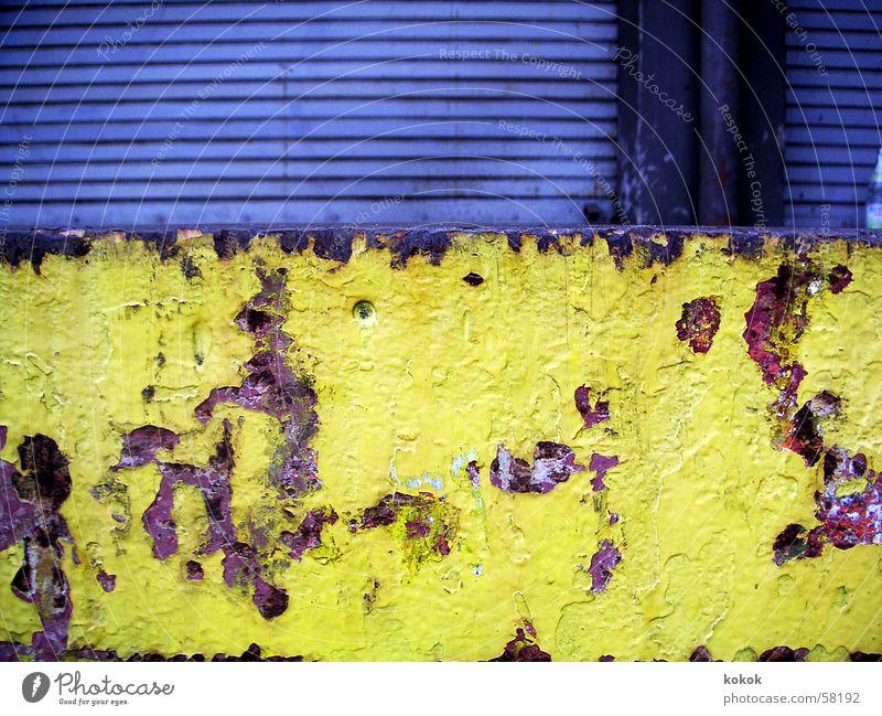 Laderampe alt blau ruhig Einsamkeit gelb grau braun dreckig Deutschland geschlossen trist Niveau Tor verfallen Verfall Rost