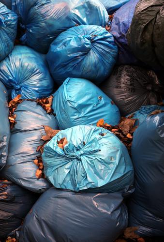 blaue stunde | ut köln dreckig Ordnung Sauberkeit Kunststoff violett Müll trashig durcheinander Container Verpackung Recycling Knoten Haufen unordentlich