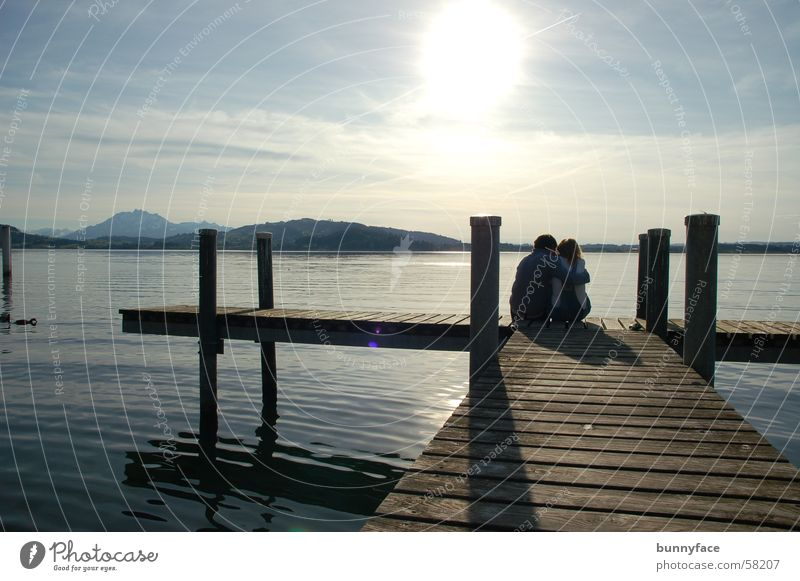gemeinsam alleine Wasser Sonne blau ruhig Liebe Einsamkeit Ferne Gefühle See Freundschaft Zusammensein Küste Steg genießen tief Partnerschaft
