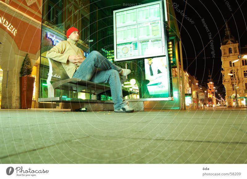 warten Mann Straßenbahn Wartehäuschen Graz Hauptplatz Fahrplan planen Platz Bus sitzen Bank zeitanzeige Pflastersteine
