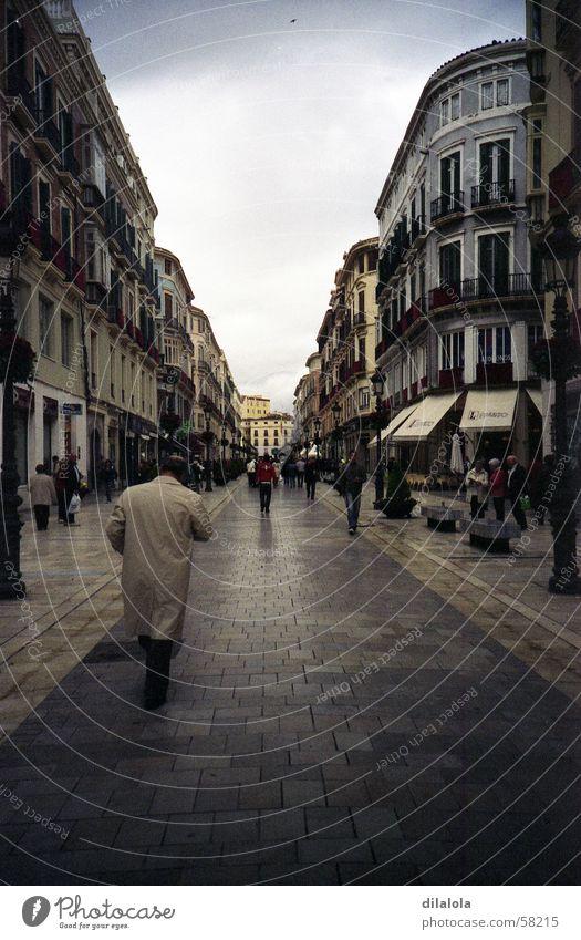 el hombre de la gabardina beige Stadt Malaga Winter Lomografie Trauer Verzweiflung street lonely rain gray man spain village town cold alone rainy