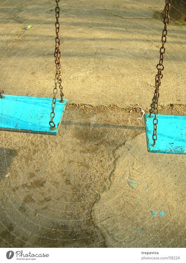 zwei blau Beton Kette Schaukel Spielplatz
