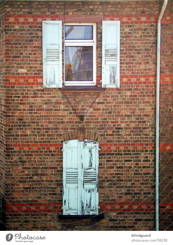 Fenster Wand Mauer Backstein historisch Altbau Glasscheibe Fensterladen Fensterbrett Rollladen Fenstersims