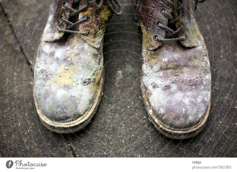 ekelhaft alt Gefühle dreckig Schuhe paarweise Verfall Stiefel Ekel verdorben gammeln Lederschuhe