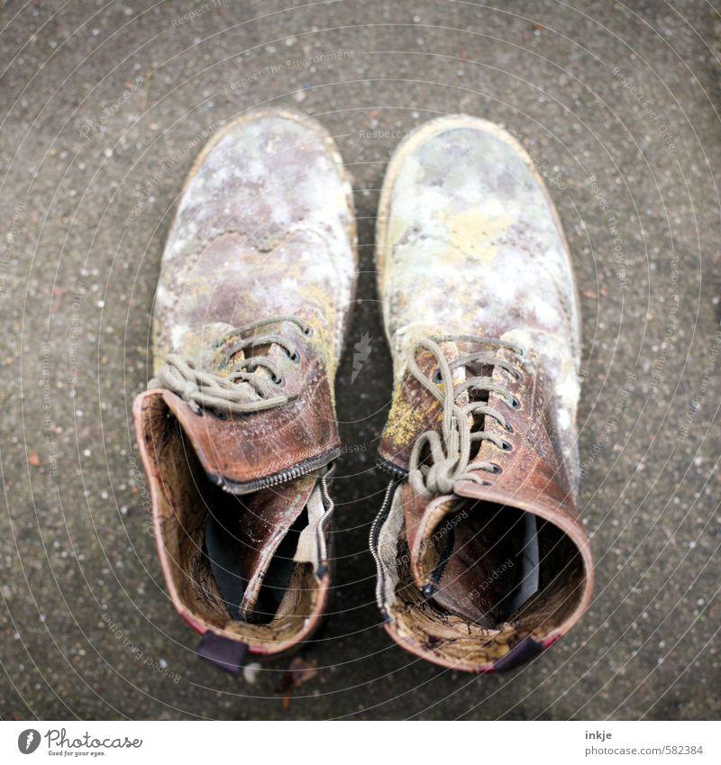 Merke: Lederschuhe nie im feuchten Keller lagern. Schuhe Stiefel Schnürstiefel Schimmelpilze alt Ekel braun grau weiß Gefühle Stimmung Verfall Vergänglichkeit