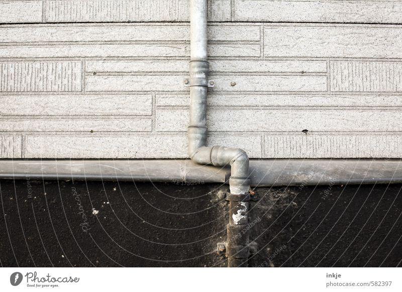 Regenrohr schwarz Wand Mauer grau Fassade kaputt dünn Bauwerk lang abwärts vertikal Regenrohr