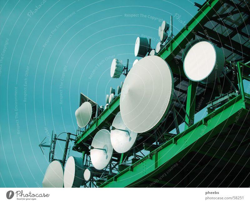 s c h A L L )) Sender grün grau weiß Gaisberg Turm Himmel blau satelit Baugerüst