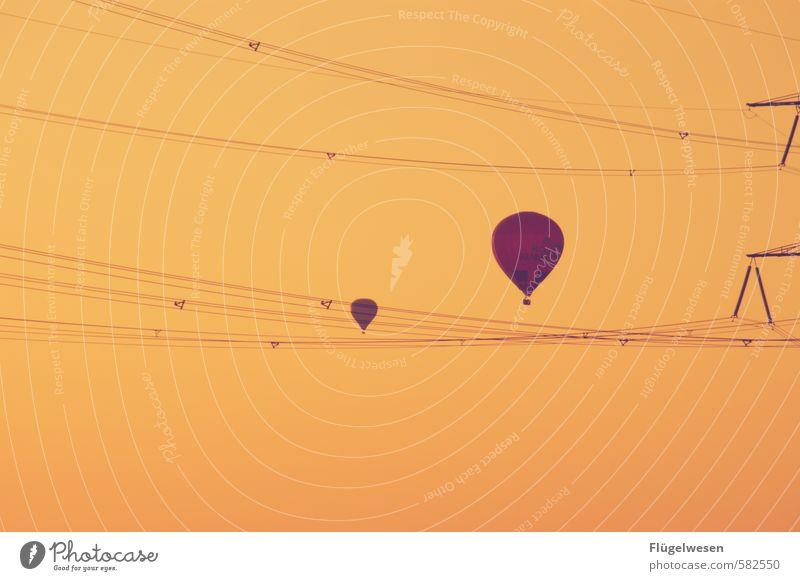 Über Ferien & Urlaub & Reisen Tourismus Ausflug Abenteuer Ferne Freiheit fliegen Ballone Luftballon Ballonfahrt Ballonkorb Ballonstart Elektrizität Strommast