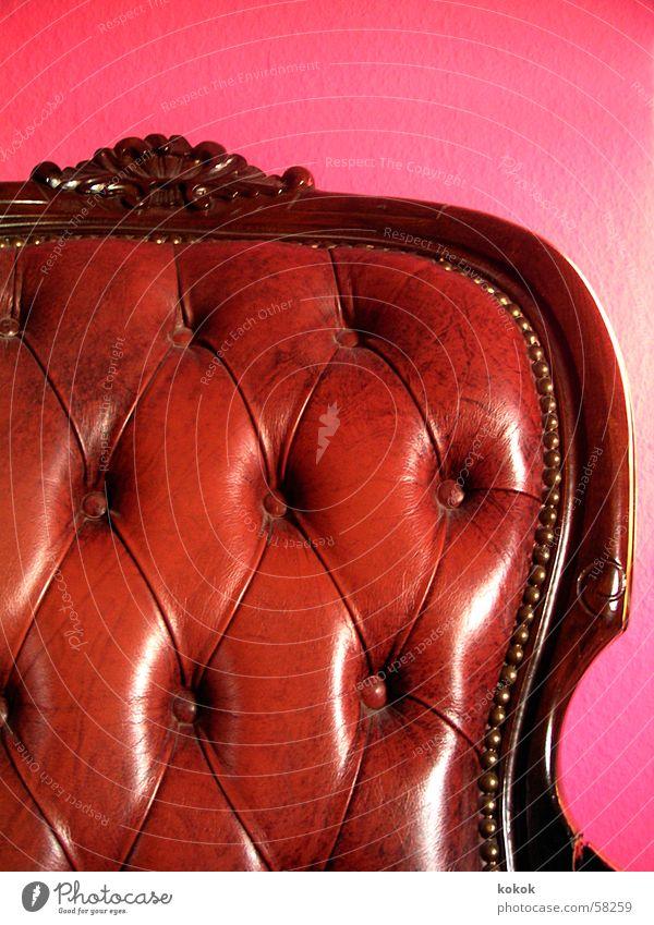 jetzt auch in Farbe Sessel antik Antiquität Flohmarkt wuchtig erhaben Leder braun glänzend Poliermittel rosa magenta Zeit bequem ruhig Reichtum Erinnerung