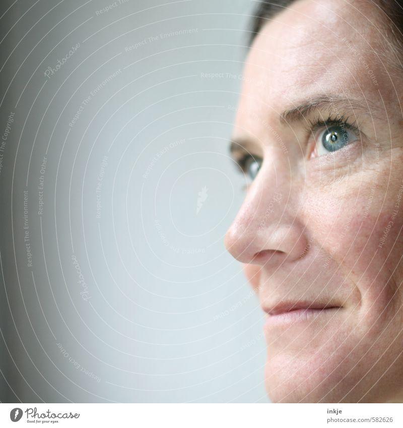 kurz aufblicken Mensch Frau blau schön weiß Erholung Gesicht Erwachsene Leben Gefühle feminin Stil Gesundheit natürlich hell Stimmung