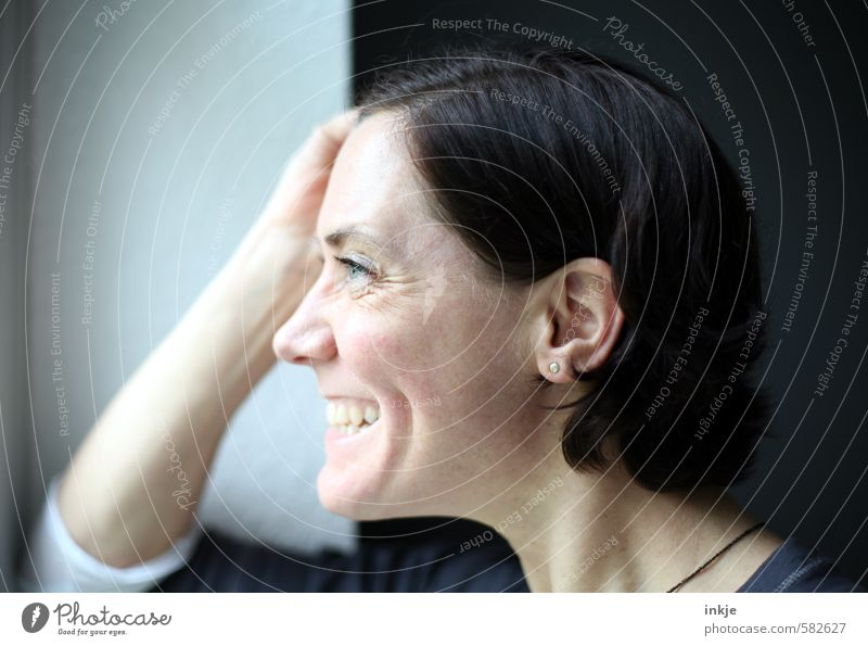 Lachfältchen Lifestyle Stil Freude Freizeit & Hobby Häusliches Leben Wohnung Frau Erwachsene Gesicht 1 Mensch 30-45 Jahre Fenster Lächeln lachen Blick