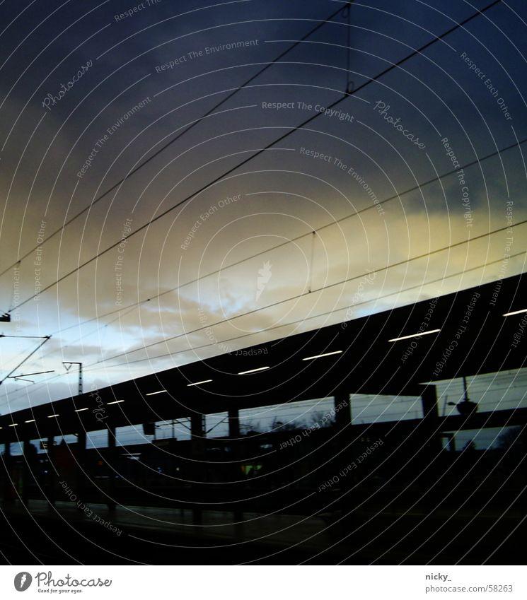 montag morgen an der bahn.. Wolken Elektrizität dunkel schwarz weiß hell-blau rosa Himmel Treppe Eisenbahn zugstation Bahnhof die sonne kommt raus