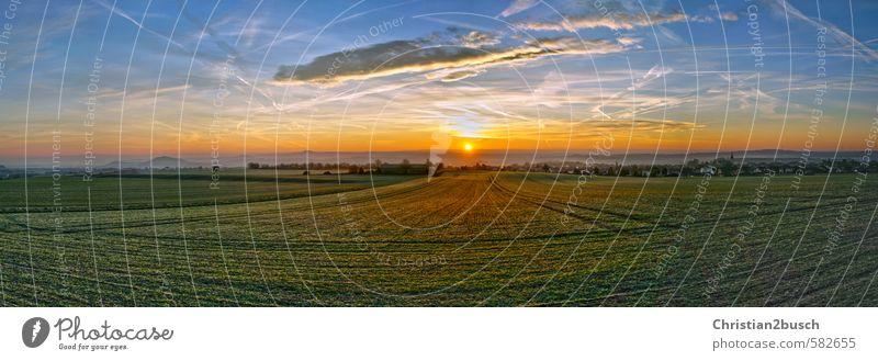 Sonnenaufgang über den Feldern Himmel Natur blau grün Landschaft Haus gelb Berge u. Gebirge Herbst Wege & Pfade Gebäude Architektur Frühling Erde Horizont braun