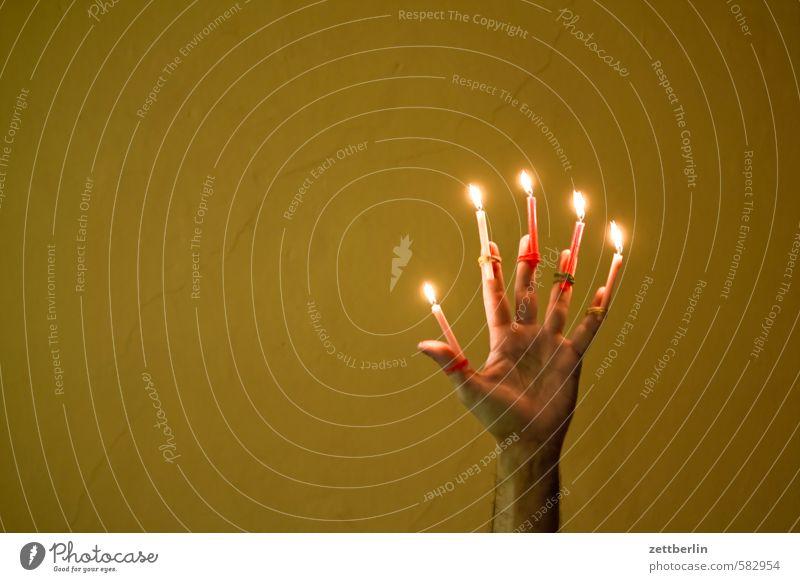 Fünf Mal werden wir noch wach... Weihnachten & Advent Hand Anti-Weihnachten Beleuchtung leuchten Finger Textfreiraum Kerze erleuchten Flamme Illumination