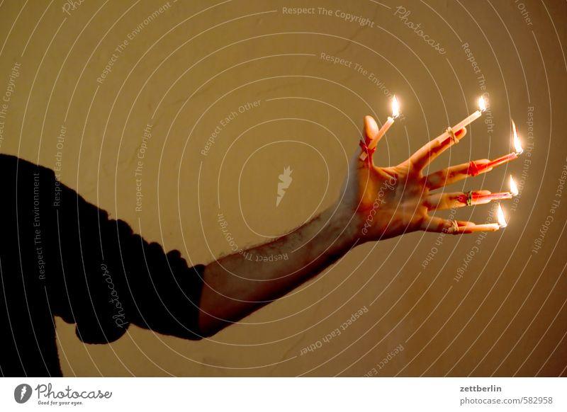 Weihnachten Weihnachten & Advent Hand Anti-Weihnachten Beleuchtung Arme leuchten Finger Kerze Flamme Illumination Kerzenschein Unterarm Kerzenständer
