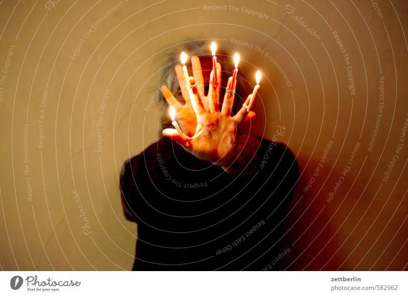 Weihnachtsvorfreude Mensch Weihnachten & Advent Hand Beleuchtung Anti-Weihnachten Kopf leuchten Arme Finger Kerze Flamme gegen Gegenteil Kerzenschein Defensive