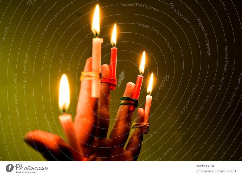 Kerzen Weihnachten & Advent Hand dunkel Anti-Weihnachten Beleuchtung Feste & Feiern Lampe leuchten Finger Brand Feuer Kerze erleuchten brennen Flamme Illumination