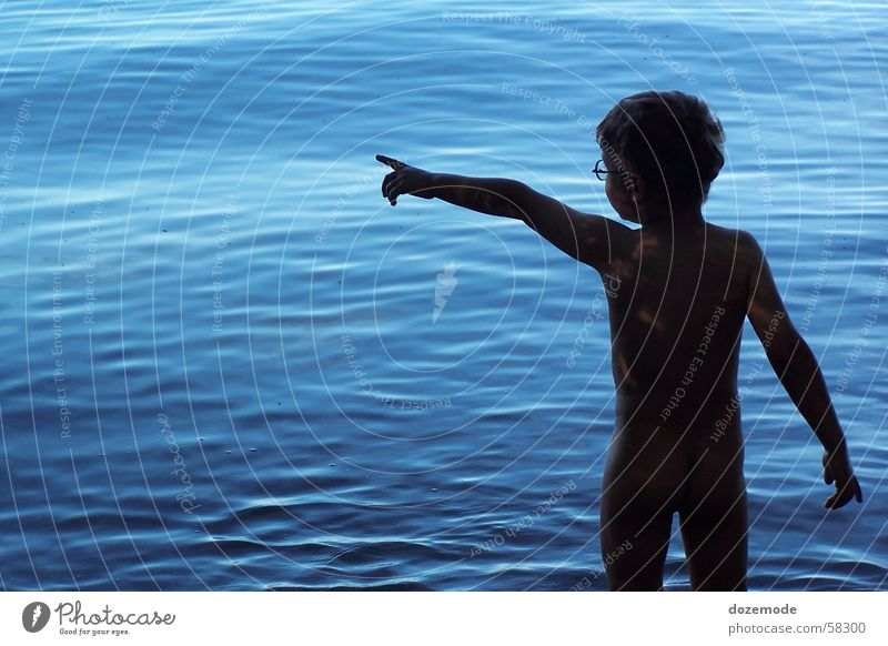 Kind am Wasser Meer blau nackt See
