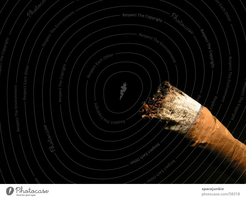 Raucherecke Zigarette Rauchen Tabak schwarz zigarettenstummel Makroaufnahme Ecke
