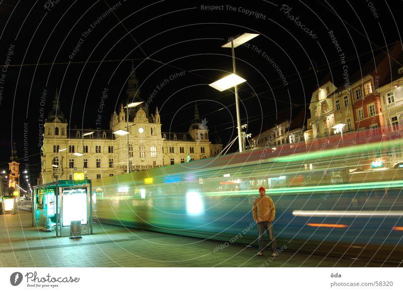 rush hour Langzeitbelichtung Licht Straßenbahn fahren Gleise Hauptplatz Graz Nacht Mann stehen Gebäude historisch Bewegung Beleuchtung Lampe Station warten