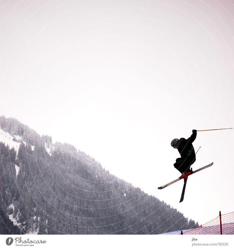 X springen Free-Ski Straight Jump Winter Freestyle Helm Skifahrer Wald Gstaad Skifahren Berge u. Gebirge wispile eggli Himmel Netz high fly