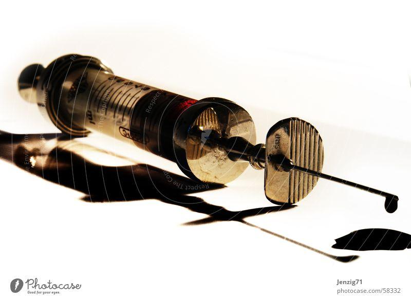 altes Werkzeug. Spritze Kanüle Blut stechen Labor Arzt steril Spitze Wassertropfen Glas Metall Nadelstich Stich Scharfer Gegenstand Bluttest